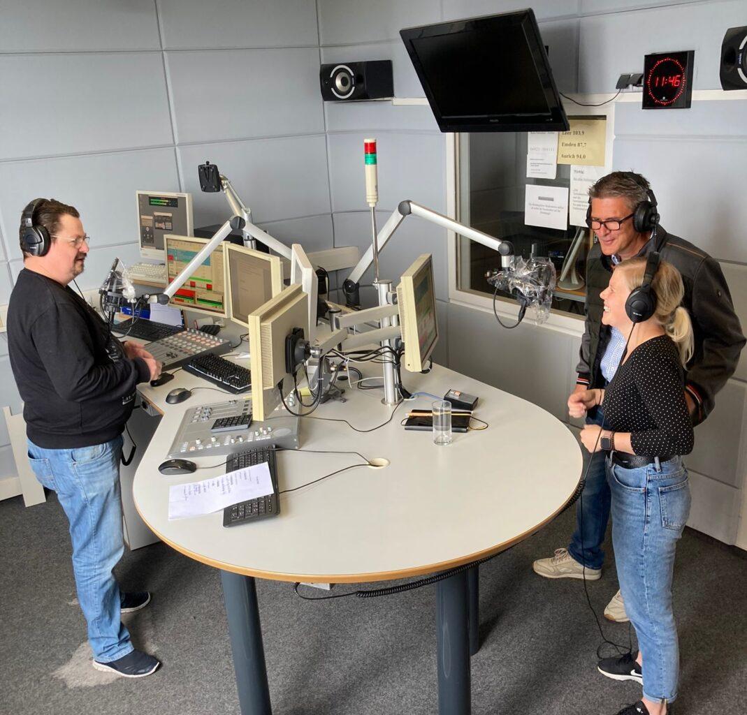 """Käpt'n Frieling, Ralf Jahnke und Hilke Barfknecht """"on air""""."""